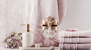 Ciężkie, złote czy kryształowe dekoracje, wszechobecna czerń i wyrazisty amarant, takcharakterystyczne dla wnętrz glamour, powoli odchodzą do lamusa.