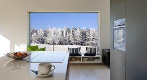 Aby dodatkowo podkreślić aurę zimowych miesięcy w naszych wnętrzach, rozważmy zaaranżowanie ich w bieli oraz postawmy na sezonowe dekoracje.