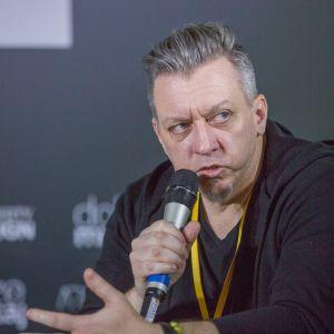 Robert Majkut, architekt wnętrz, designer. V Forum Dobrego Designu. Sesja: Pokolenie nomadów – jak projektować dla dzieci mobilnej kultury. Fot. Piotr Waniorek.
