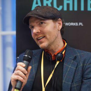 """Jimi Ogden, prowadzący program """"Rzeczy Odnowa"""" na antenie HGTV. V Forum Dobrego Designu: Re-Design. W stronę zrównoważonej przyszłości. Fot. Tomasz Wawer."""