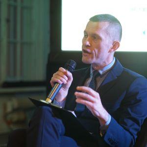 """Moderator: Mariusz Golak, redaktor prowadzący magazynu """"Meble Plus"""". Fot. Tomasz Wawer."""