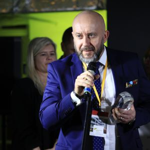 Nagrodę główną w kategorii Przestrzeń Łazienki za brodzik Helios firmy Roca Polska odebrał Michał Szymański, szef regionu centrum-wschód, Roca Polska.