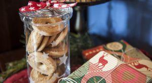 Samodzielnie przygotowane wypieki we własnoręcznie wygrawerowanym słoiczku to prezent, który możemy wręczyć bliskiej osobie z okazji Mikołajek, Świąt czy Nowego Roku.
