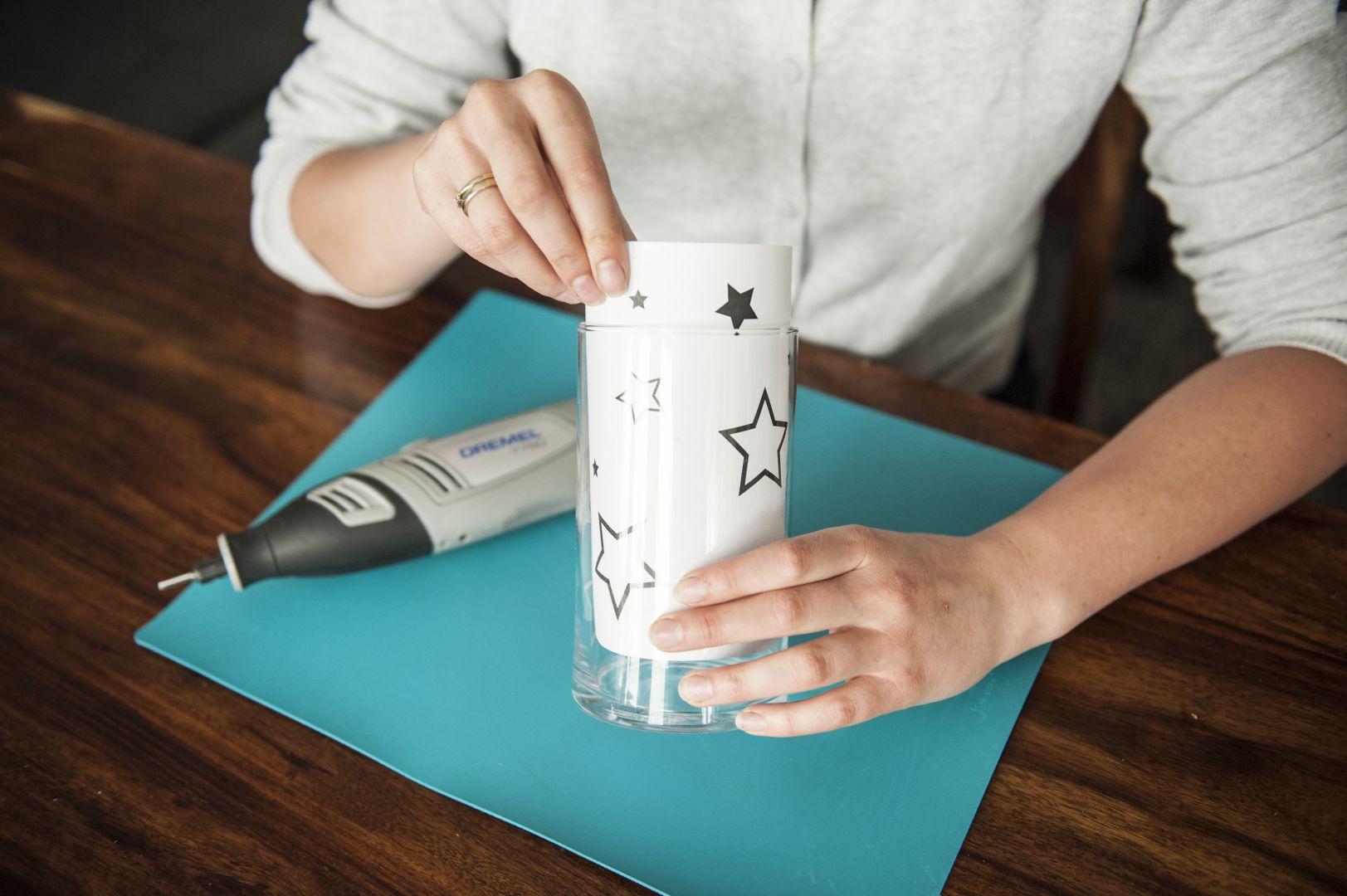 Na kartce o wymiarach pasujących do wielkości naczynia, drukujemy dowolny wzór. Fot. Dremel/Bosch