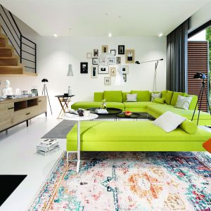 Sercem domu jest przestronny salon, w którym mieszkańcy mogą przyjemnie odpocząć i wygodnie ugościć znajomych. Dom EX 19 G2 Energo Plus. Projekt: Artur Wójciak. Fot. Pracownia Projektowa Archipelag