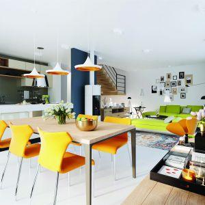 W strefie dziennej rządzą pogodne, energetyczne kolory, dzięki którym całość emanuje świeżością i pozytywną energią. Dom EX 19 G2 Energo Plus. Projekt: Artur Wójciak. Fot. Pracownia Projektowa Archipelag