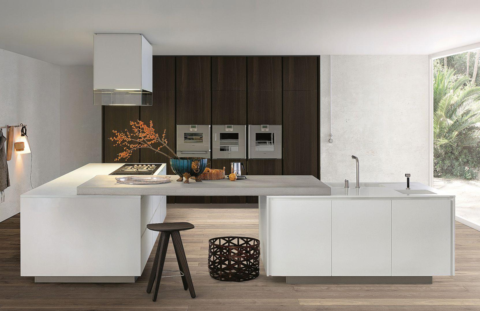 Minimalistyczna w formie kuchnia, dzięki poprowadzonej na centralnej ścianie wysokiej zabudowie oferuje dużo miejsca do przechowywania. Fot. Varenna/Mood-design