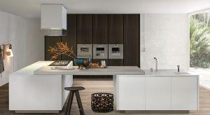Wysoka zabudowa szaf pojawia się w niemal każdej kuchni. Zastanawiacie się jak ją urządzić? Podpowiadamy.