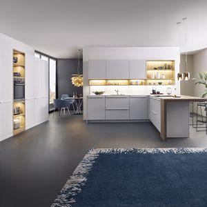 Wysoka zabudowa kuchenna oferuje zarówno szafki otwarte, jak i zamknięte. Umieszczono w niej również sprzęt AGD. Fot. Leicht