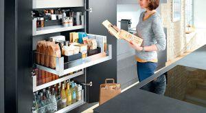 Przesuwne drzwi do szaf wysokich, praktyczne carga oraz szuflady z pełnym wysuwem to rozwiązania, które ułatwią przechowywanie w kuchnie. Warto po nie sięgnąć.