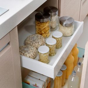 SENSO KITCHENS – system szuflad wewnętrznych z wysokim frontem w kuchniach sprawia, że mamy do swojej dyspozycji spiżarnię w samym centrum pomieszczenia kuchennego. Produkt dostępny w ofercie firmy Black Red White. Fot. Black Red White