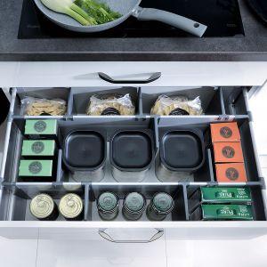 FAMILY LINE – głębokie kuchenne szuflady w kuchniach można wyposażyć w specjalne wkłady, które pozwolą zorganizować pracę w każdej kuchni. Produkt dostępny w ofercie firmy Black Red White. Fot. Black Red White