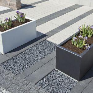 Prostokątne DONICE betonowe o regularnej formie inspirowanej kształtem klasycznej kostki sprawdzą się jako wolno stojące elementy na przydomowych podjazdach. Bruk-bet, www.bruk-bet.p