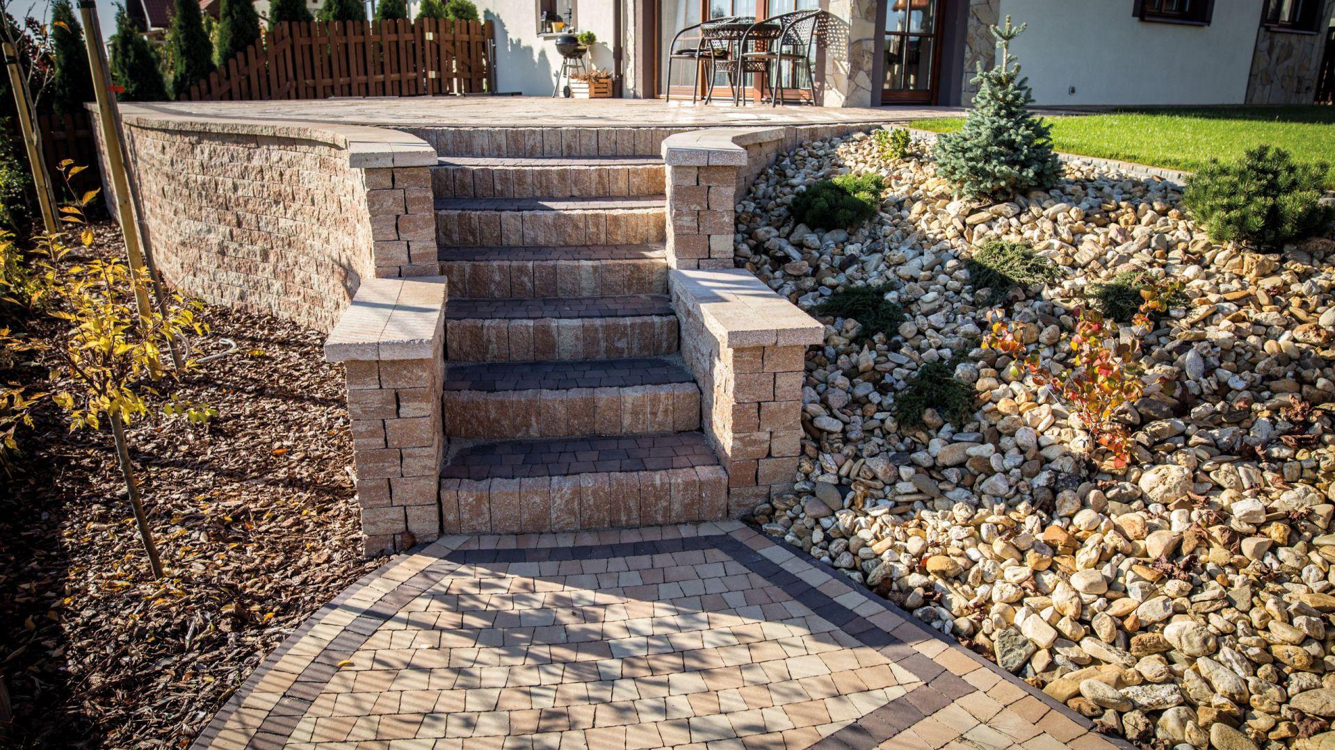 Nawiązująca wyglądem do naturalnego kamienia palisada SPLIT z kolekcji Libet Completto, do układania ozdobnych, zwartych murków dzielących przestrzeń w ogrodzie. Libet,
