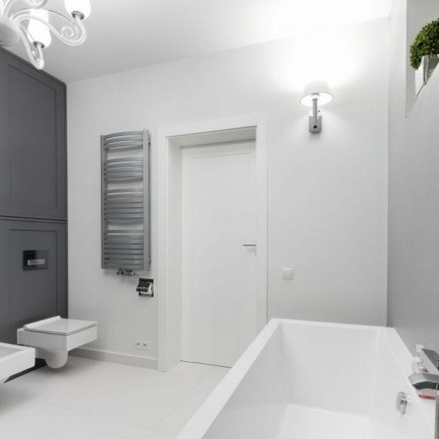Modna łazienka: meble z szarymi frontami