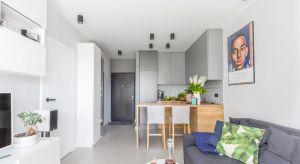 Mieszkanie zostało urządzone w nowoczesnym, jednak bardzo uniwersalnym stylu. Spójność form oraz neutralność barw sprawia, że w mieszkaniu każdy dobrze się czuje.<br /><br />