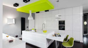 Lakierowane na wysoki połysk fronty szafek kuchennych cieszą się ciągle duża popularnością. Najmodniejsze są oczywiście w białej kuchni. Doskonale bowiem podkreślają krystaliczną czystość tej barwy. Wydobywając jej lekkość, świeżość