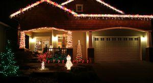 Świąteczne oświetlenie domu to wprawdzie zachodnia tradycja, ale coraz częściej też polskie domy ozdabiane są lampkami i łańcuchami na wzór amerykańskich obyczajów.