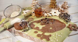 Pieczenie pierniczków rozpoczyna się nawet kilka dni przed Świętami. Wszystko po to, by zdążyć przed pierwszą gwiazdką i ostatnie chwile pozostawić na przygotowanie dańna wigilijny stół.