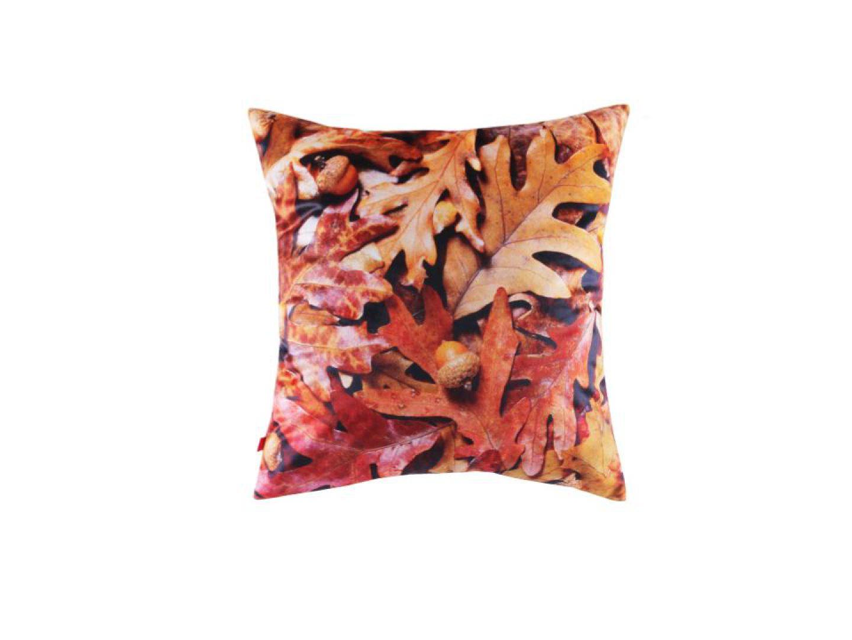 Poszewka Oak Leaves z nadrukiem dębowych liści w przepięknych jesiennych barwach stworzy fantastyczny klimat we wnętrzu. 39 zł. Fot.  Home&You