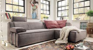 W salonie urządzonym w stylu eko królują meble i dekoracje z naturalnych materiałów, takich jak drewno, len czy wiklina.