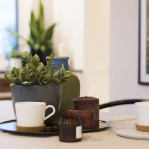 Zastawa stołowa i dekoracje dobrano z dużym wyczuciem smaku. Projekt: TWORZYWO studio. Fot. Jacek Gadaj