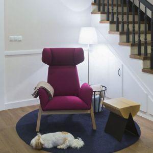 Hol został wyposażony w stylowy szezlong obity szlachetną wełną, lampę do czytania (która swoim światłem dodaje wnętrzu klimatu) oraz w obszerne lustro w starej drewnianej ramie. Projekt: TWORZYWO studio. Fot. Jacek Gadaj