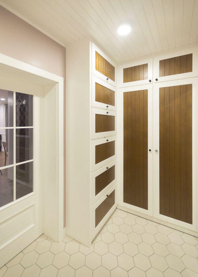 Przedsionek prowadzi do salonu poprzez drzwi ze szprosami wypełnionymi szybami. Projekt: TWORZYWO studio. Fot. Jacek Gadaj