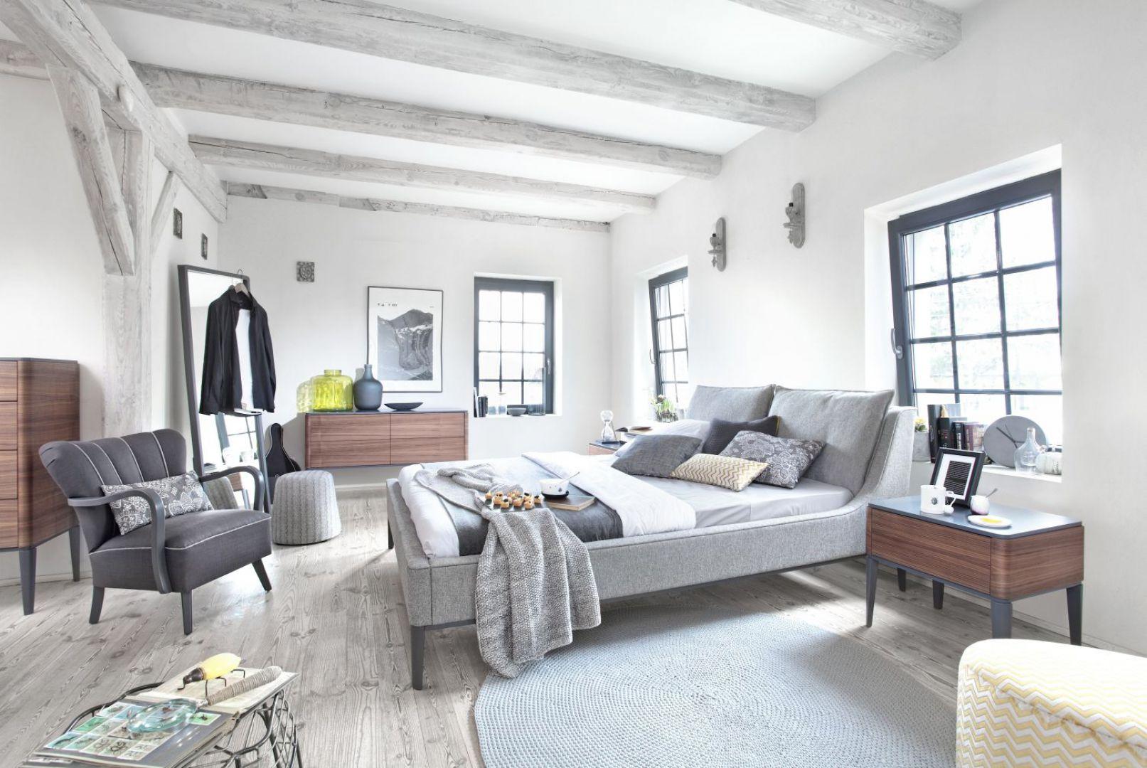 Tapicerowane łóżko Essence z charakterystycznymi zaokrąglonymi krawędziami. Fot. Swarzędz Home