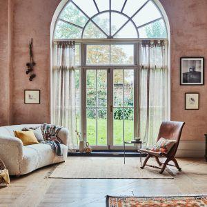 W kolekcji Botanical Autumnkrólują pudrowe kolory, delikatne kwiaty i hafty inspirowane stylem vintage. Fot. Zara Home