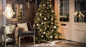 Bożonarodzeniowe dekoracje domu niezależnie od stylu muszą tworzyć magiczną atmosferę. Mogą być tradycyjnie czerwone, zgodne ze skandynawskim duchem lub klasycznie szykowne.