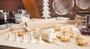 Zbliża się Boże Narodzenie – święta, podczas których wszyscy czujemy się dziećmi. Wigilijne potrawy, kolędy, zapach igliwia i pysznych ciast, wspaniale udekorowany stół i choinka na zawsze pozostają w pamięci.