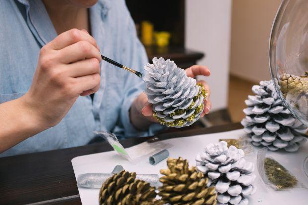Wyjątkową atmosferę świąt podkreślają różnego rodzaju dekoracje. To one tworzą niepowtarzalny klimat, który wprawia domowników w radosny gwiazdkowy nastrój. Dobierając świąteczne ozdoby pamiętajmy, by komponowały się one z aranżacją c