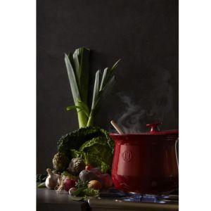 Ceramiczny kociołek w czerwonym kolorze. Poj. 4 l. 585 zł. Fot. Emile Henry