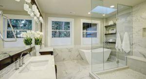Szkło kojarzy się najczęściej z minimalistycznym wnętrzem urządzonym w nowoczesny sposób lub przestrzenią biurową. Rzadko kiedy materiał ten łączy się z wnętrzami w stylu country house, cechującymi się przytulnym wystrojem oraz meblami w r