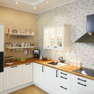 Kuchnia w wiejskim stylu. Projekt: Joanna Morkowska-Saj. Fot. Bartosz Jarosz
