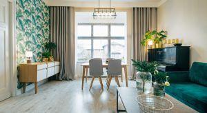 Styl skandynawski w połączeniu z trendem urban jungle w zabytkowej kamienicy? Zobaczcie wyjątkową metamorfozę salonu.