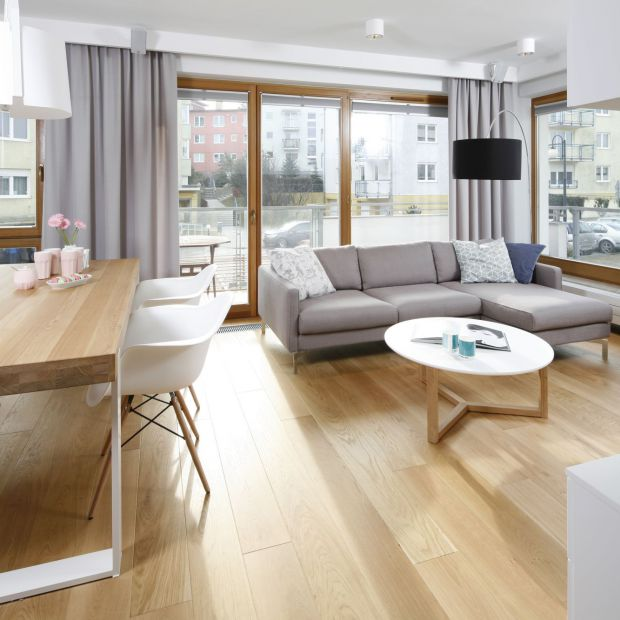 Aranżacja salonu: 12 wnętrz z drewnianą podłogą