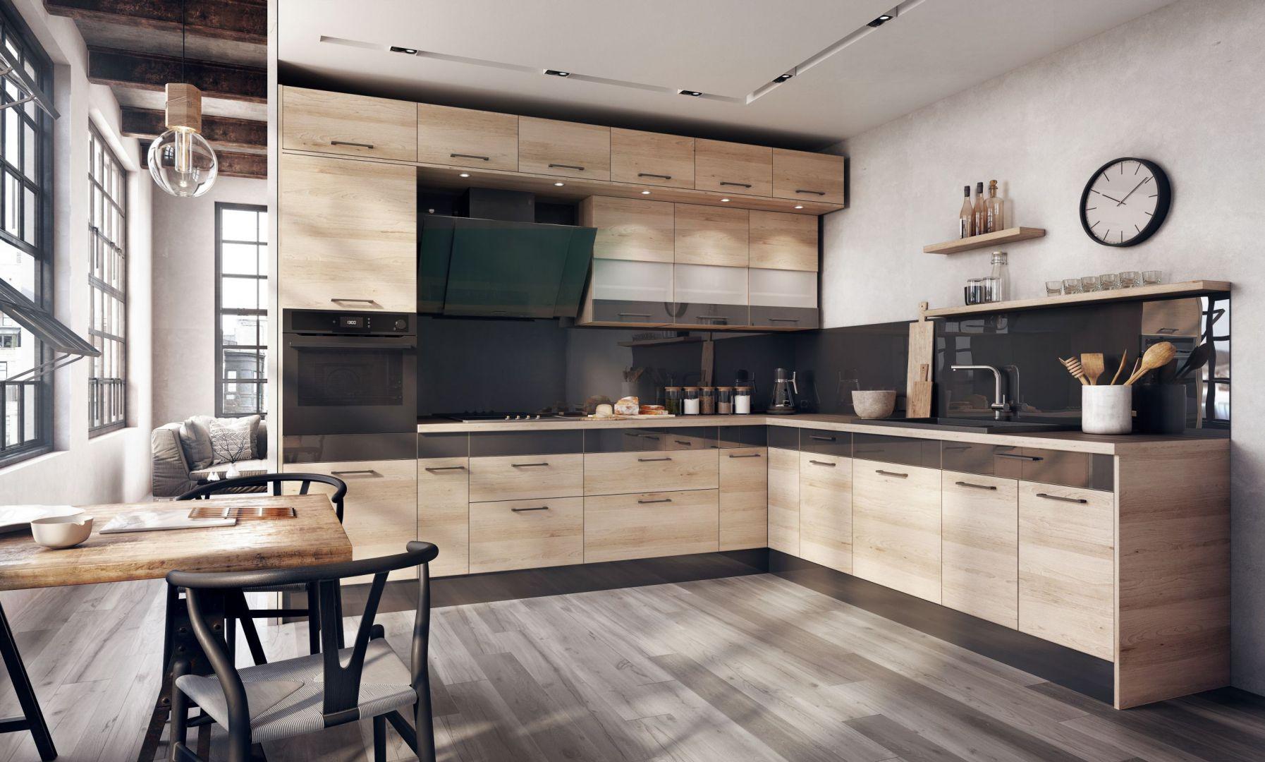 W zestawieniu z czarnym kolorem kuchnia zaaranżowana dekorem buk jasny nabiera bardziej dynamicznego charakteru. Fot. KAM