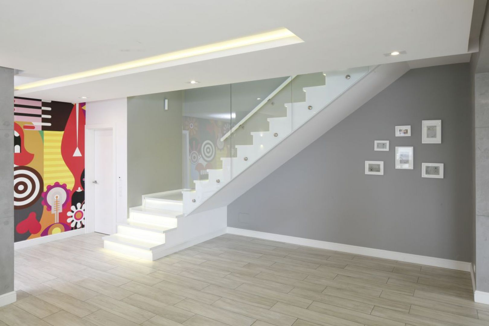 Pomysł na schody ze szklaną balustradą. Projekt: Dominik Respondek. Fot. Bartosz Jarosz