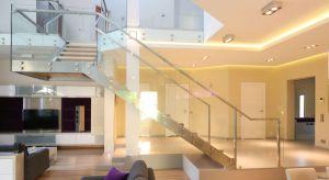 Szklane balustrady są bardzo często wykorzystywane zarówno w domach jednorodzinnych, jak i mieszkaniach. Z ich pomocą zabezpiecza się nie tylko balkony lub portfenetry, ale także spoczniki oraz schody wewnętrzne.