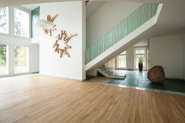 Schody w domu - postaw na szklane balustrady