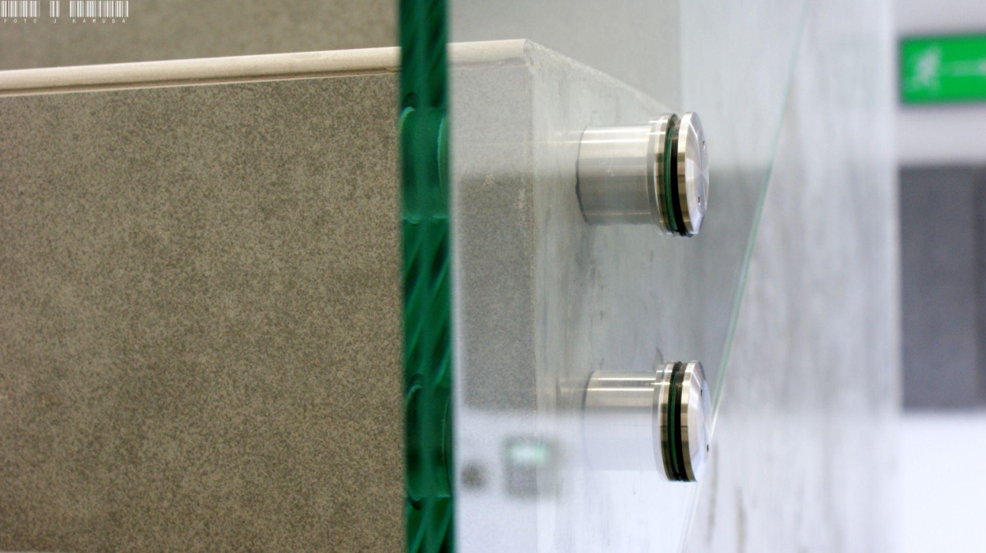 Szklana balustrada zamocowana z pomocą okuć punktowych z serii Piemonte. Fot. CDA Polska