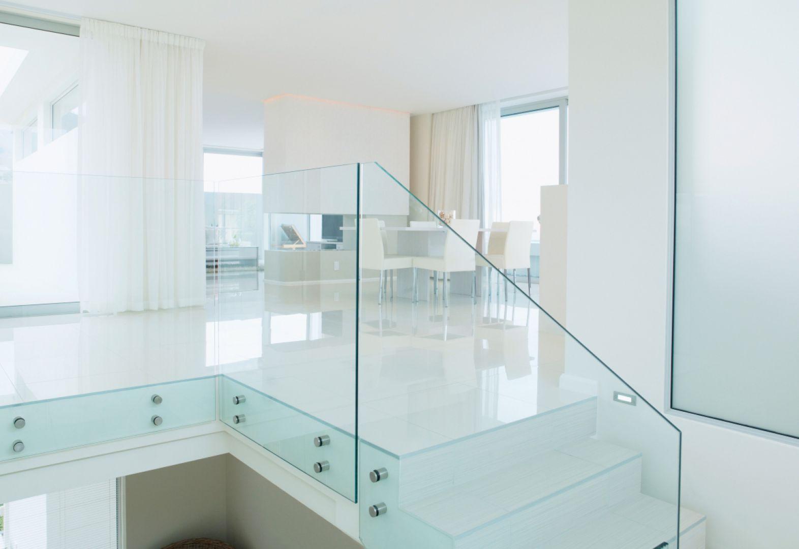 Szklana balustrada zamocowana z pomocą okuć punktowych. Fot. CDA Polska