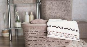W łazience przechowujemy wiele różnych przedmiotów przydatnych podczas codziennej pielęgnacji, ale także używanych do prania i ułatwiających utrzymanie czystości w domu.