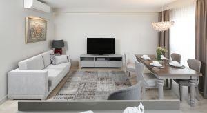 Z potrzeby stworzenia wnętrza komfortowego i eleganckiego zarazem powstał projekt łączący ponadczasowe szarości, dobry design oraz osobiste akcenty.