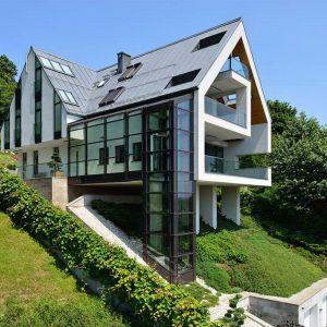 Dom został zaprojektowany na południowym, stromym stoku w zielonej dzielnicy Krakowa – Przegorzały. Projekt: arch. Tadeusz Lemański. Fot. Tomasz Zakrzewski