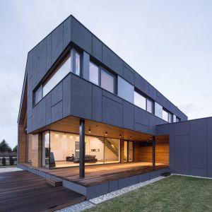 Znakomitym przykładem nieszablonowej, wizjonerskiej bryły jest budynek jednorodzinny w podwarszawskiej wsi Zielonki, autorstwa Magdaleny i Macieja Beczaków z pracowni Beczak/Beczak/Architektci. Fot. Beczak/Beczak/Architektci