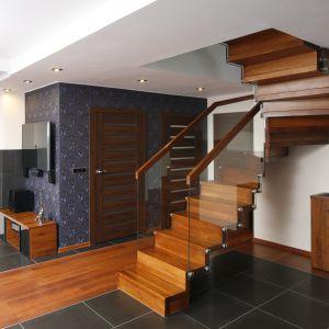 Pomysł na schody ze szklaną balustradą. Projekt: Marta Kilan. Fot. Bartosz Jarosz