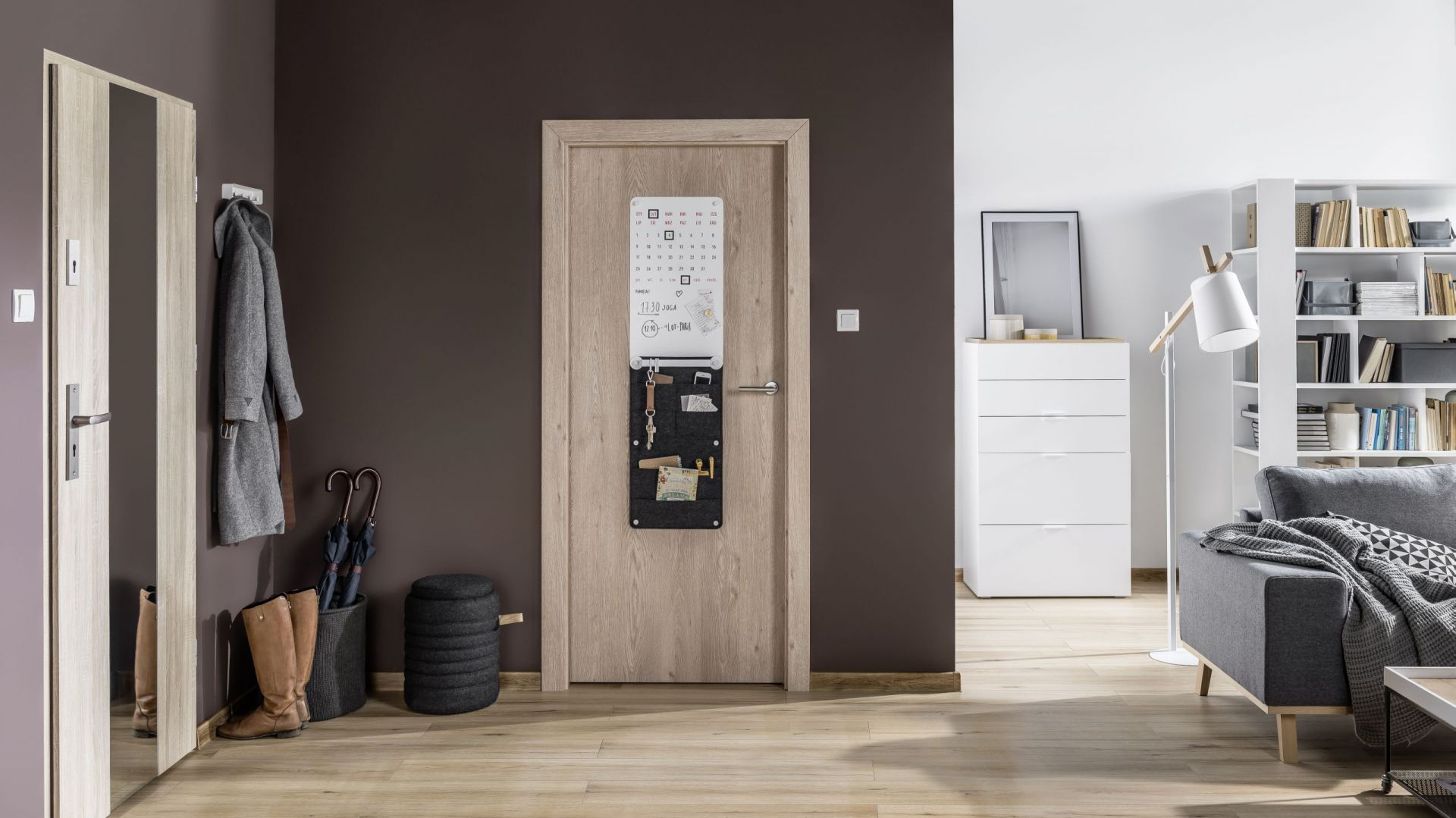 Do drzwi Smart można dołączyć dodatkowe elementy: tablice, pojemniki, wieszaki, paski lub lustra. Ok. 429 zł. Fot. Vox